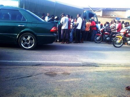 Un accident  un camion militaire, un vélo, une moto et une voiture-taxi