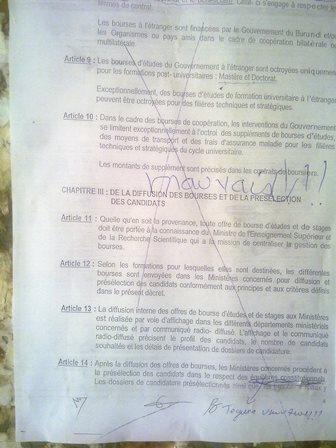 Ce « pas possible » est un exemple palpable d'indignation. Il s'agit de la copie du décret affiché à la faculté des lettres de l'université du Burundi.