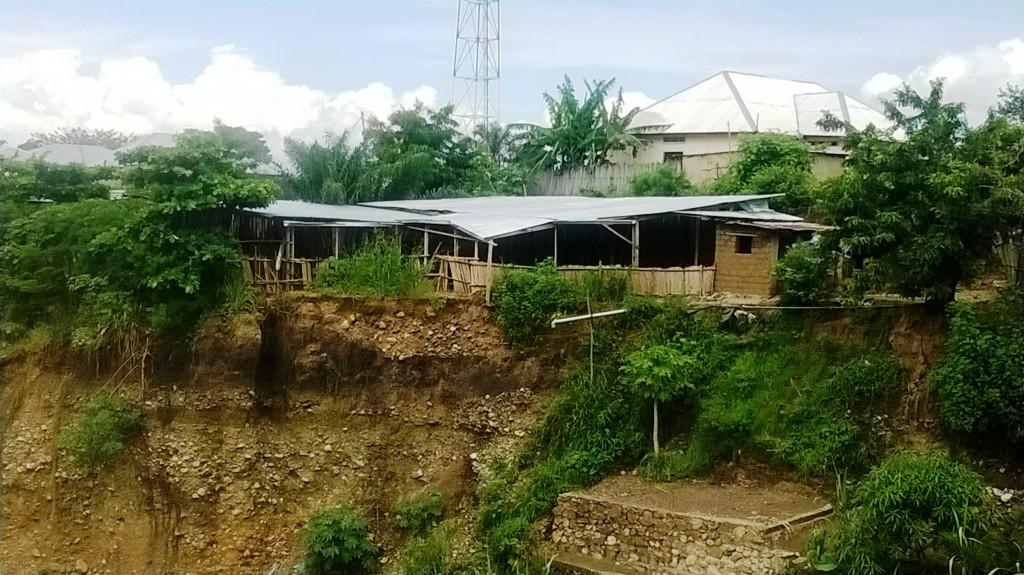 Église construite sur la berge de la rivière Kanyosha et qui menace de s'effondrer