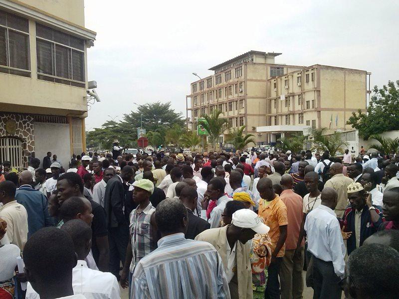 Manifestation #JeSuisCharlie devant l'ambassade de France au Burundi